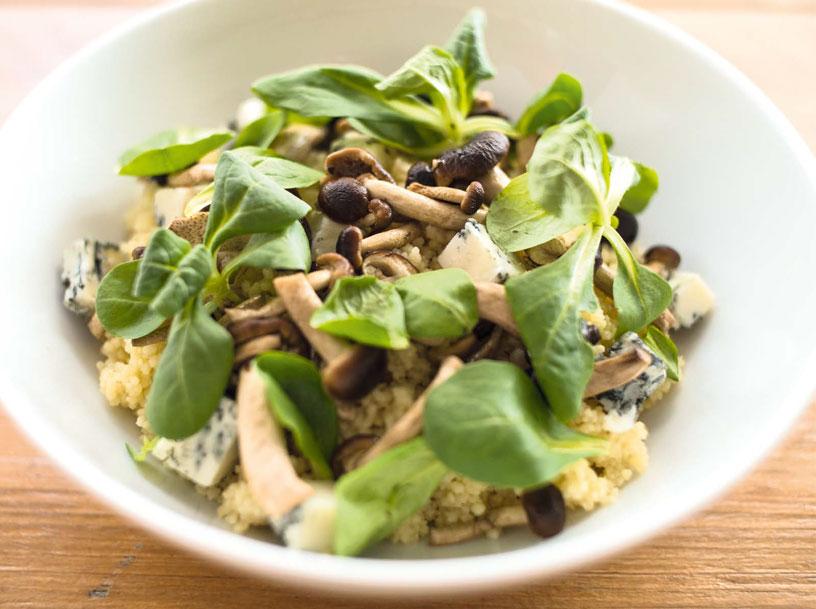 Cous cous al rosmarino, gorgonzola, funghi pioppini e soncino