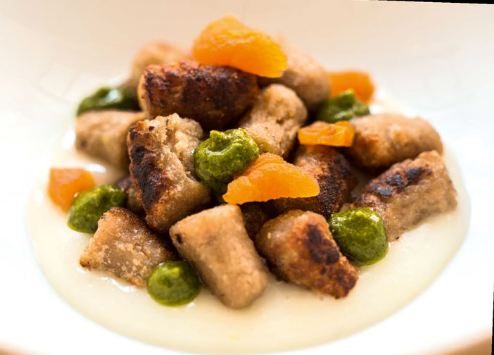 Gnocchi di castagne arrostiti, pesto di basilico limone e albicocca essiccata