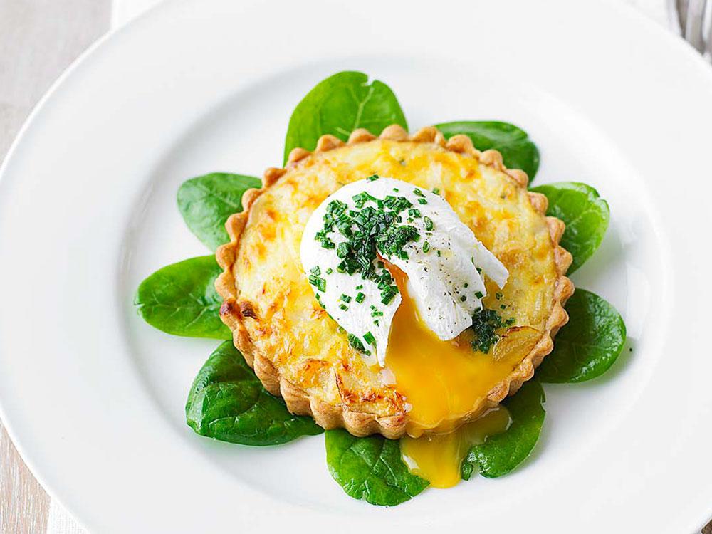 Mini-pasticci di stoccafisso con uova in camicia ed erba cipollina