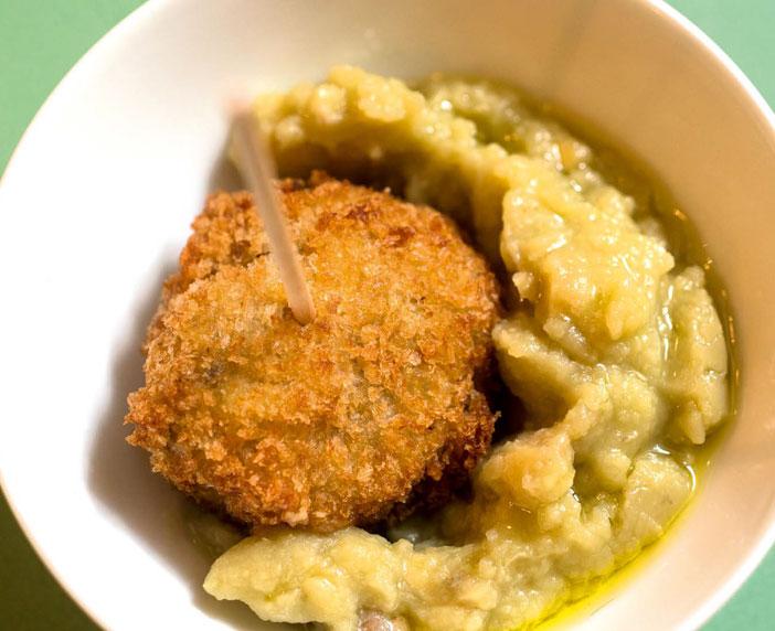 Polpette di lenticchie in crema di piselli, zenzero e kefir