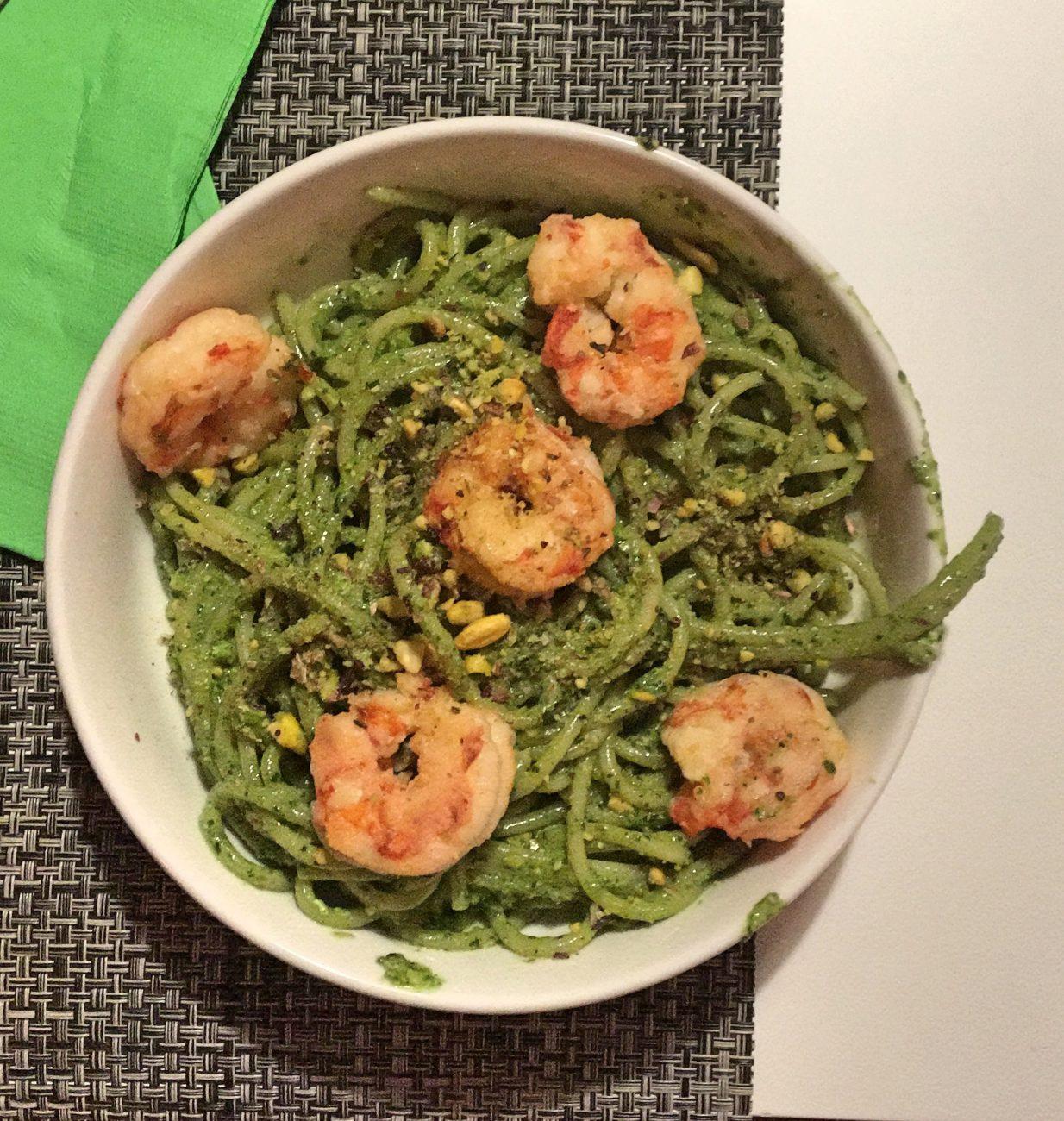 Spaghetti al pesto fresco e gamberi scottati