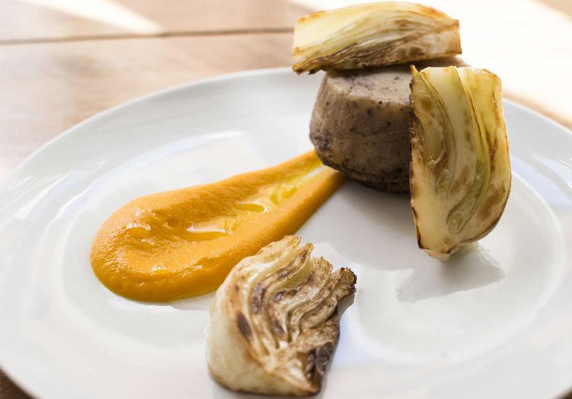 Sformato di patate e olive, salsa di carota, zenzero e finocchi all'elicriso