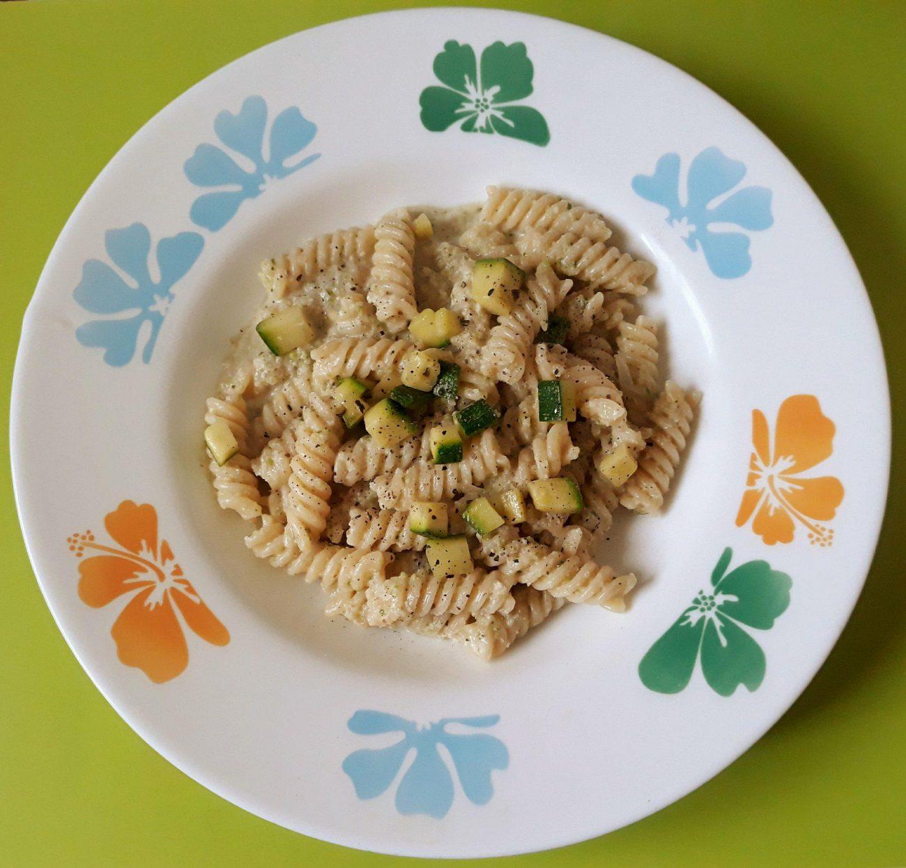 Fusilli alle noci, zucchine e formaggio vegan