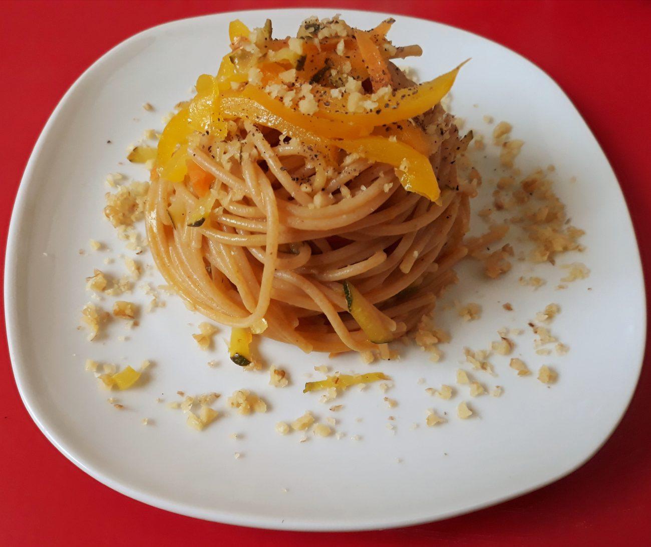 Spaghetti integrali con succo d'arancia e verdure miste