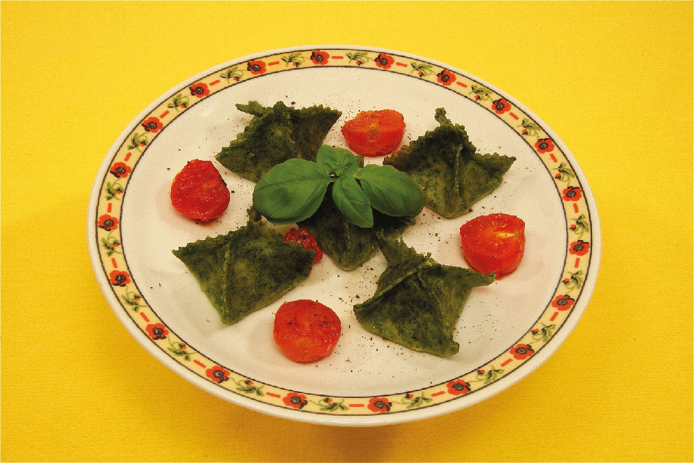 Fagottini verdi con pomodori e basilico