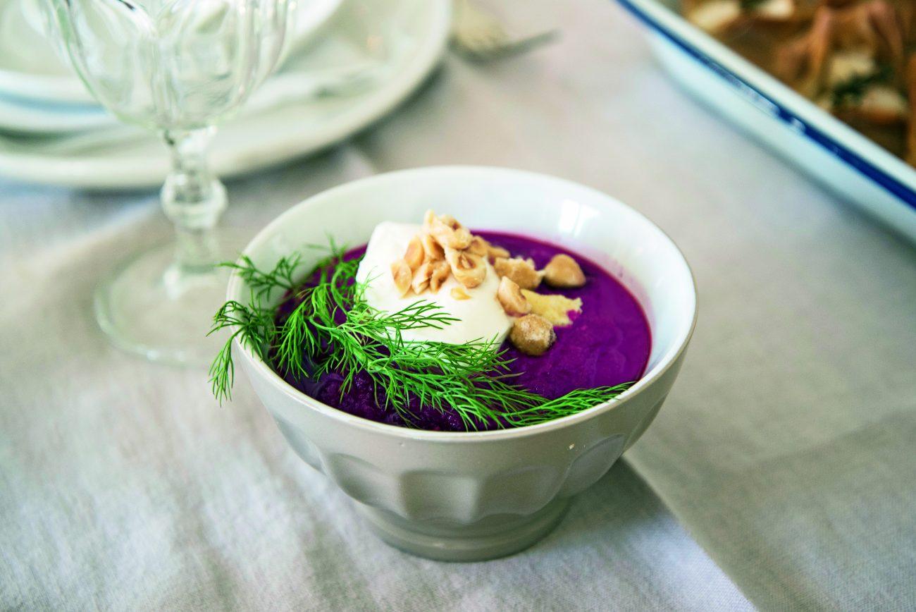 Vellutata di barbabietole con nocciole e yogurt
