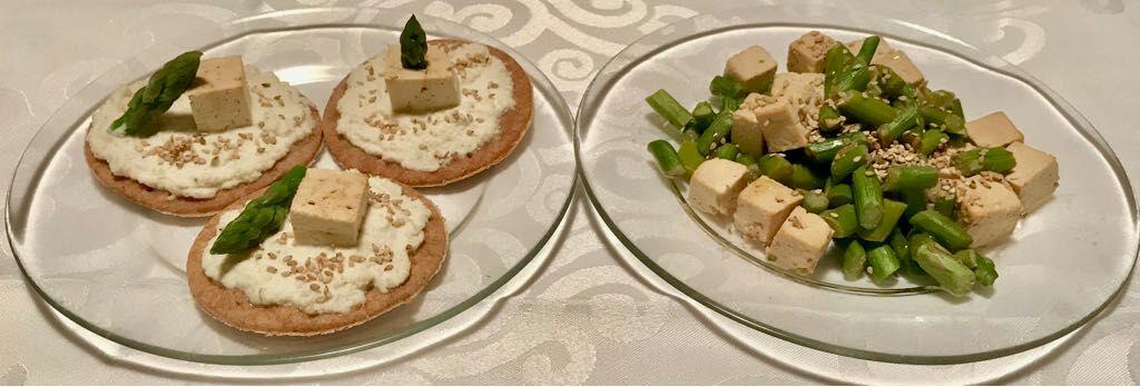 Spezzatino di tofu, asparagi e dischetti di pane
