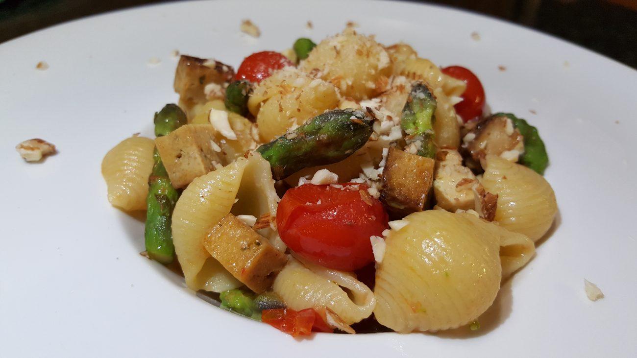 Conchiglie con asparagi alle 2 consistenze, pomodorini e tofu