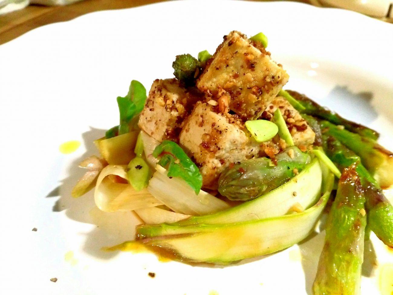 Tofu con panatura alle mandorle e punte di asparago
