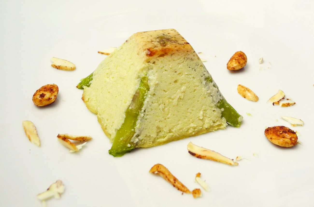 Sformatino di asparagi e tofu, con mandorle salate e speziate