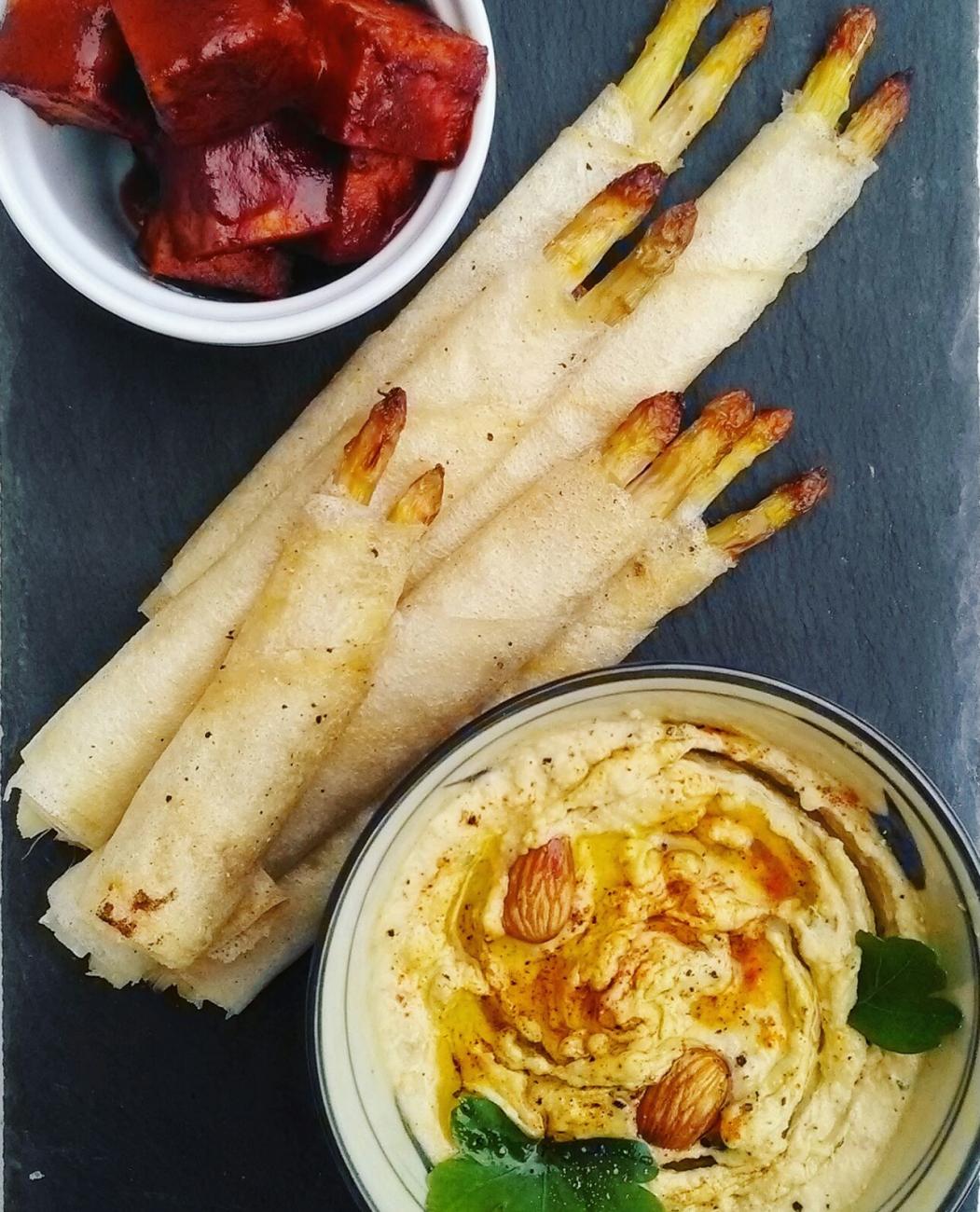 Asparagi in pasta brick, con tofu e hummus