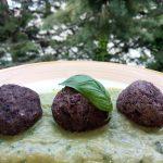 Polpettine di Riso Nerone Bio con Melanzane e Quinoa su Crema al Basilico