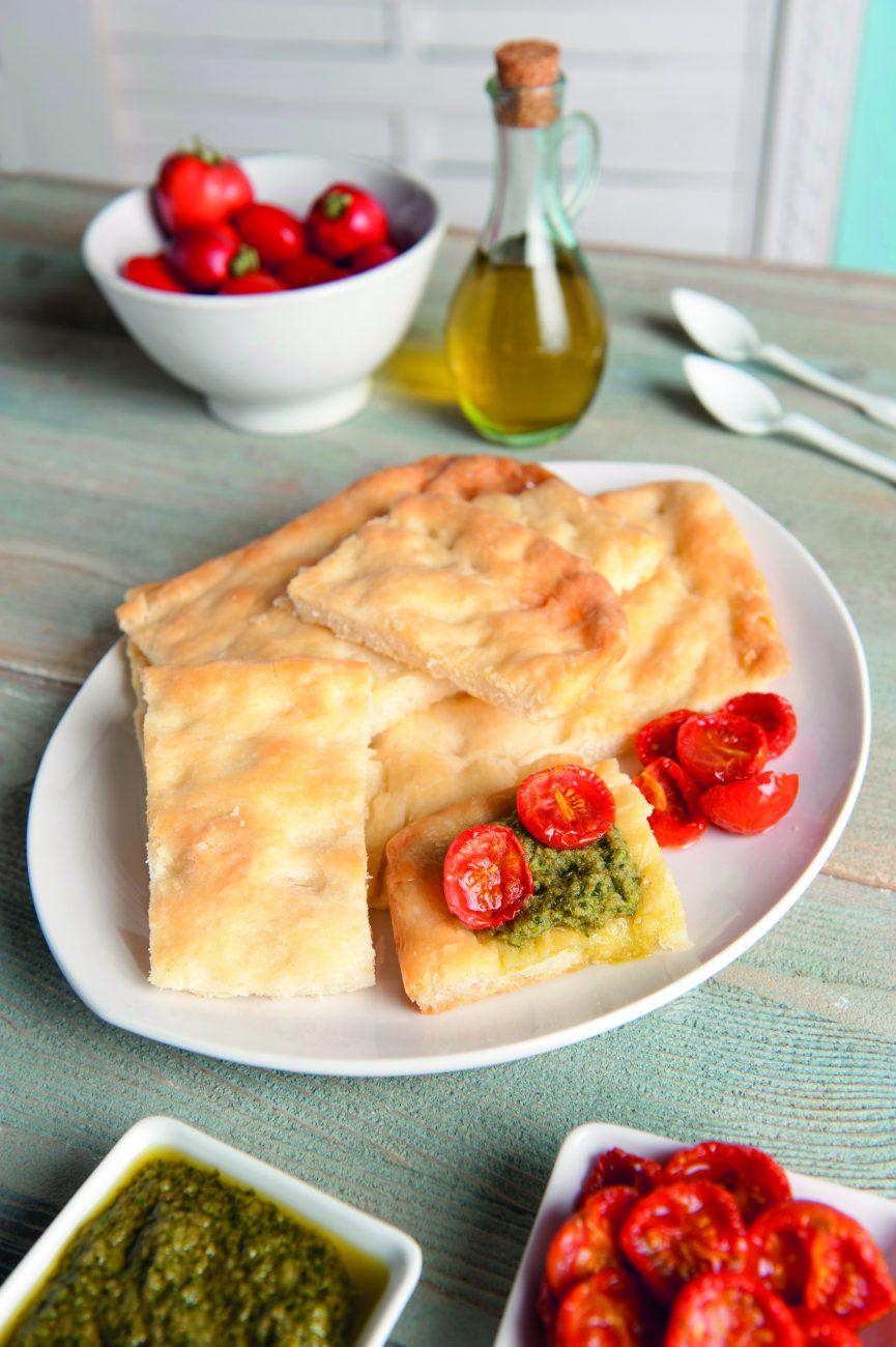 Focaccia con Pesto di Basilico e Pomodorini Confit
