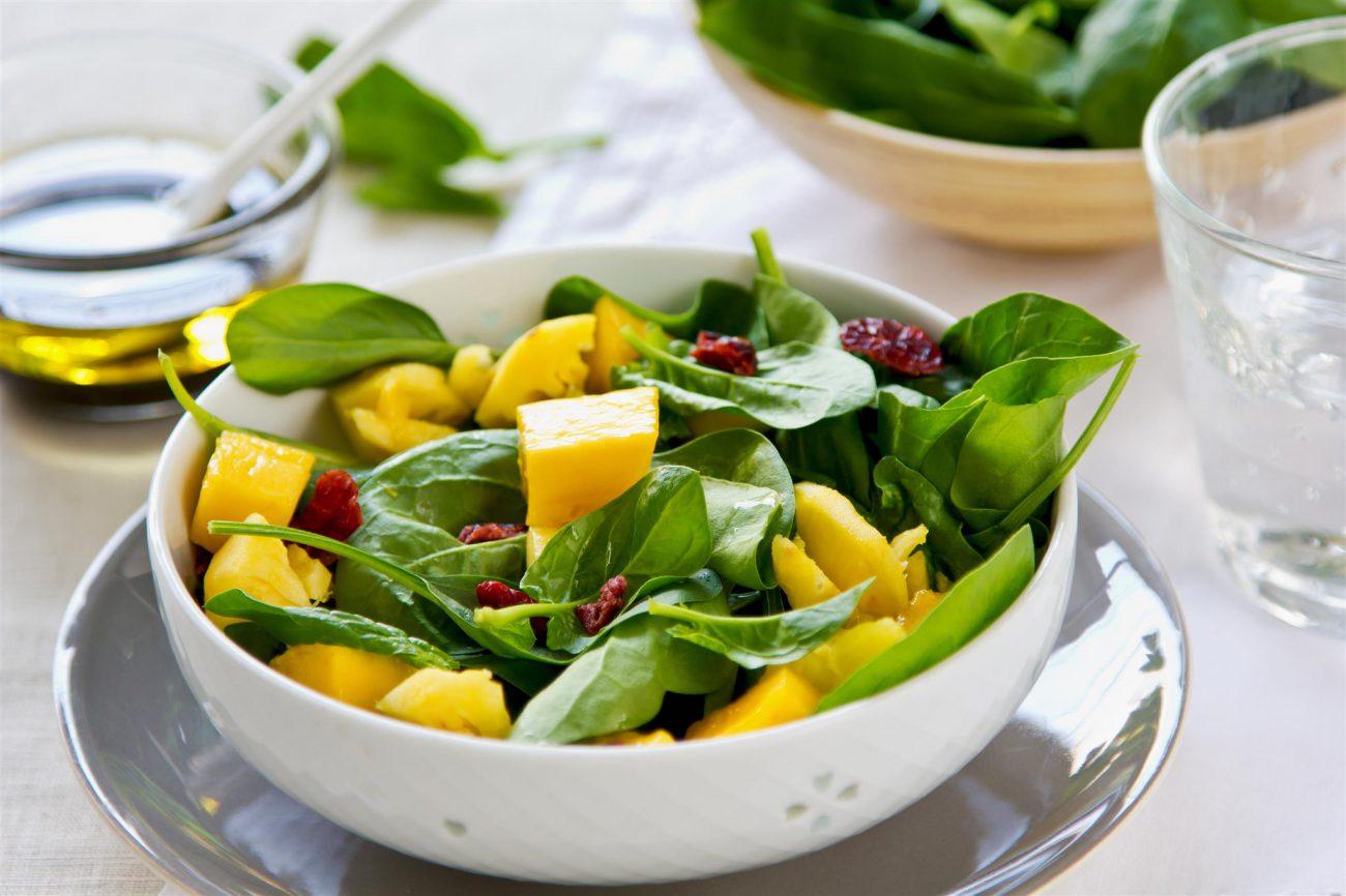 Insalata di spinaci, mango e ananas