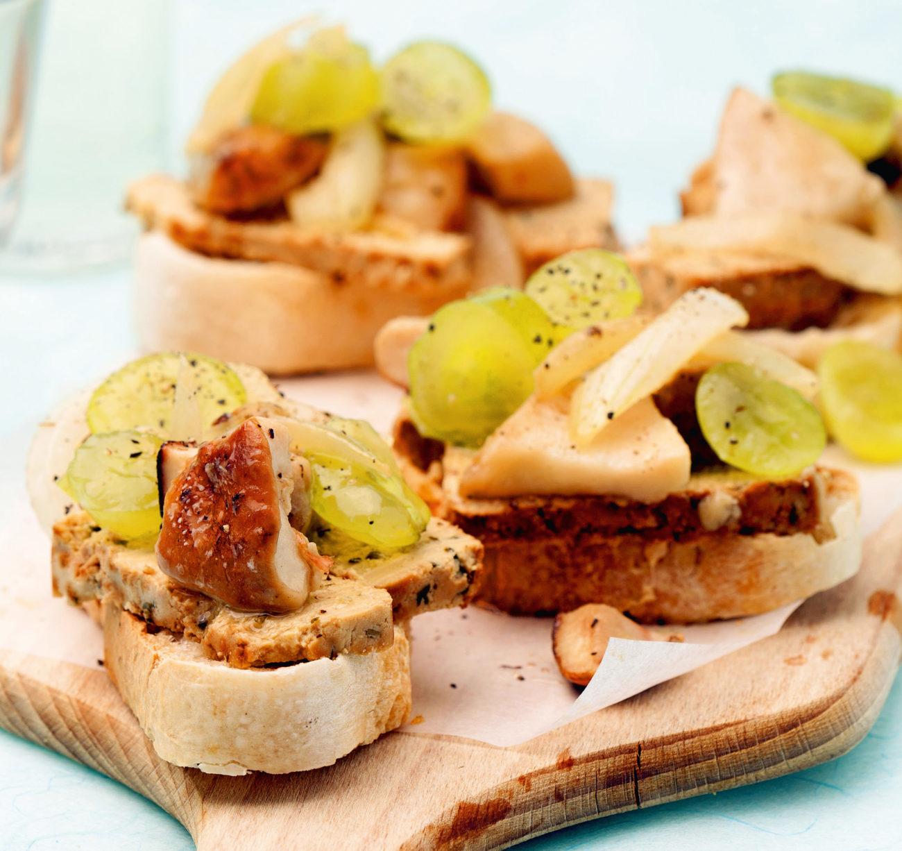 Bruschette all'uva con tofu affumicato e funghi