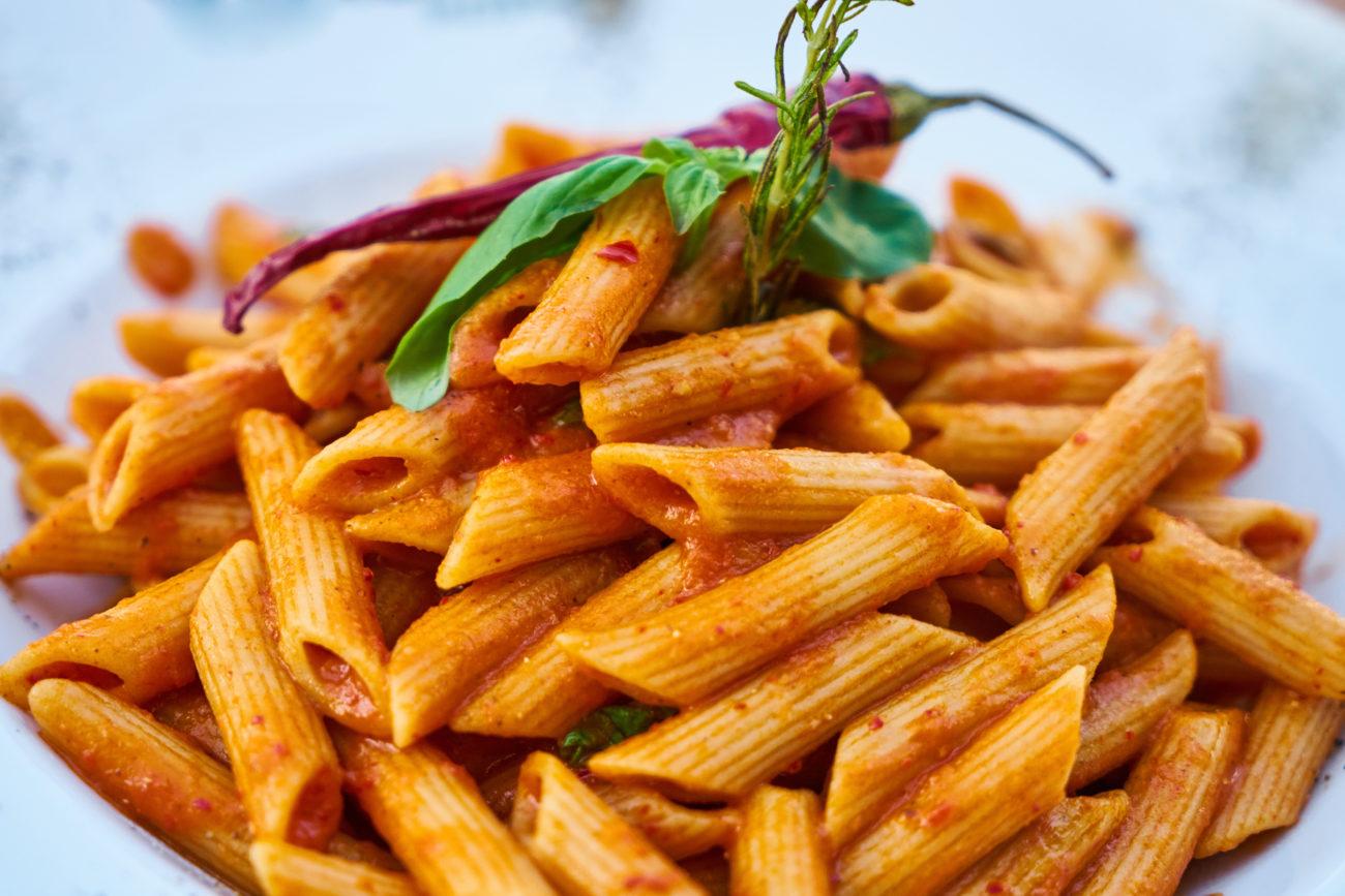 Pasta al sugo con peperoncino e basilico