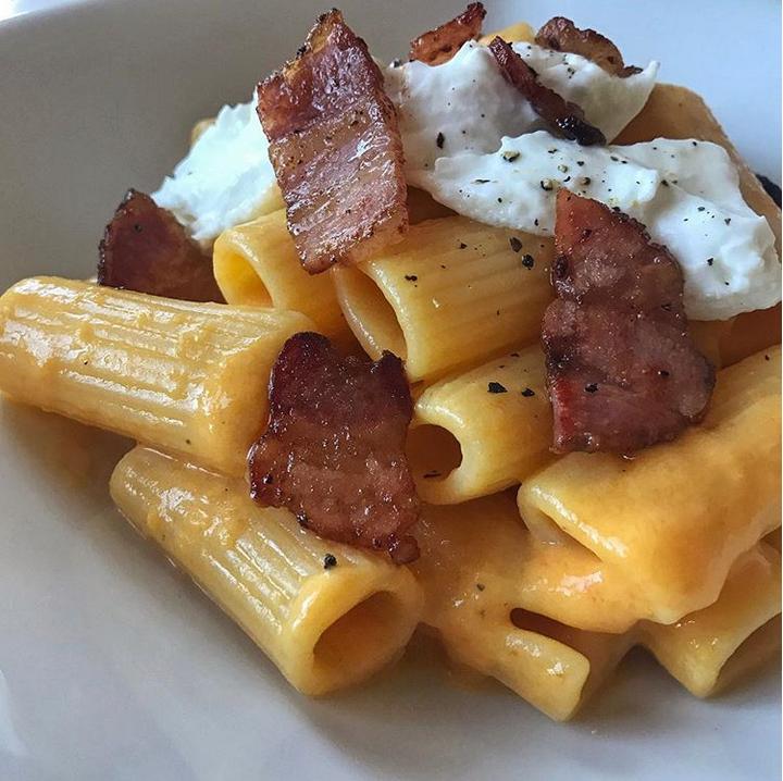 Pasta con crema di peperoni, burrata e pancetta