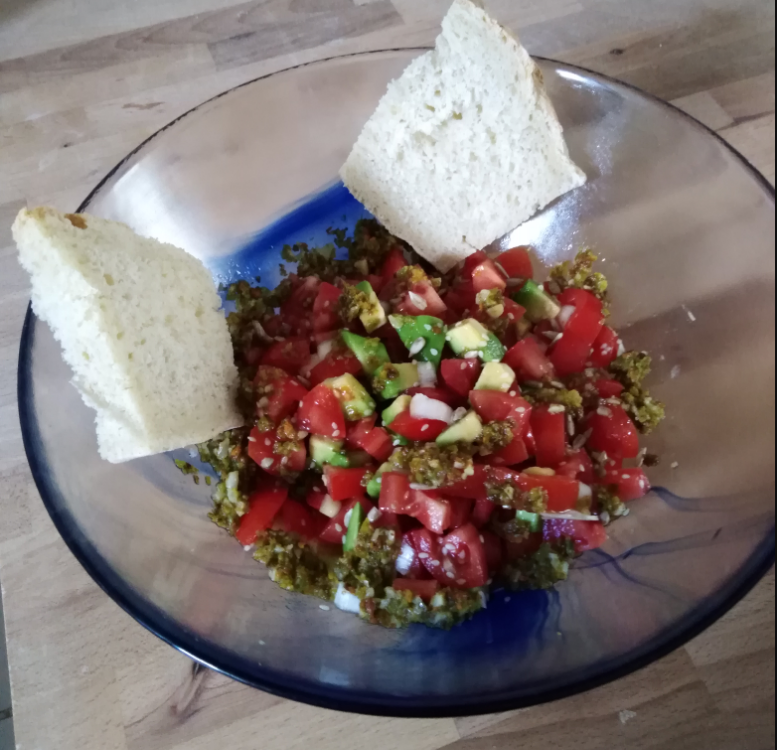 Bowl avocado, pomodori e fiori di zucca