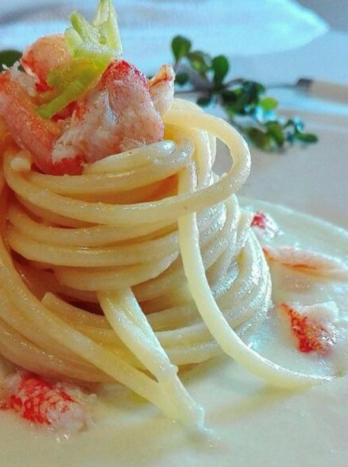 Spaghetti con crema di porri e polpa di granchio