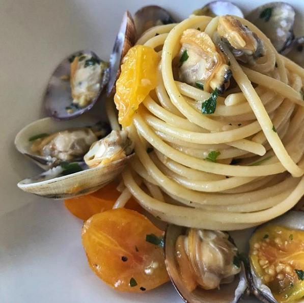 Spaghetti con vongole e datterini