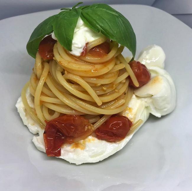 Spaghetti con pomodoro fresco e burrata
