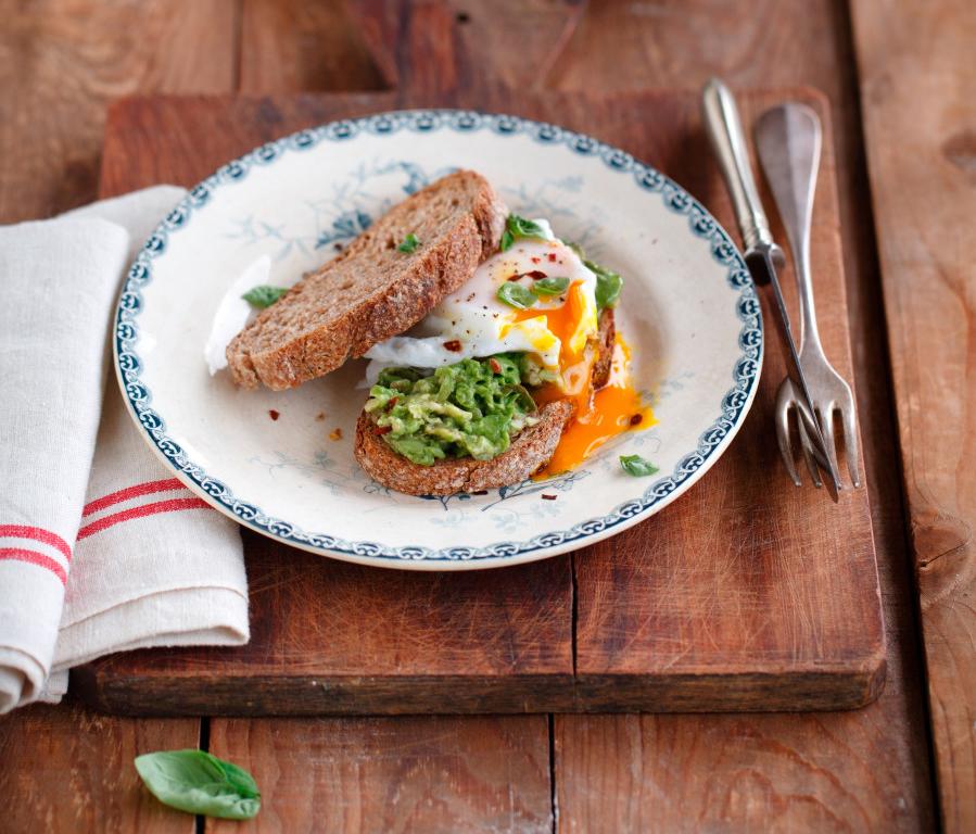 Avocado con pane di segale e uova