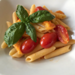 Pasta con pomodori datterini e basilico