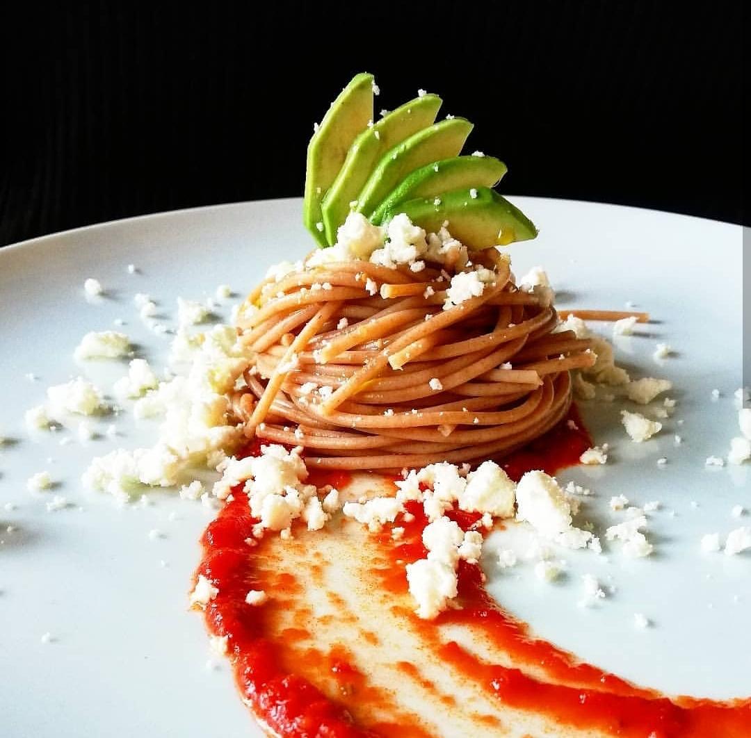 Spaghetti di farro con pomodoro, avocado e feta