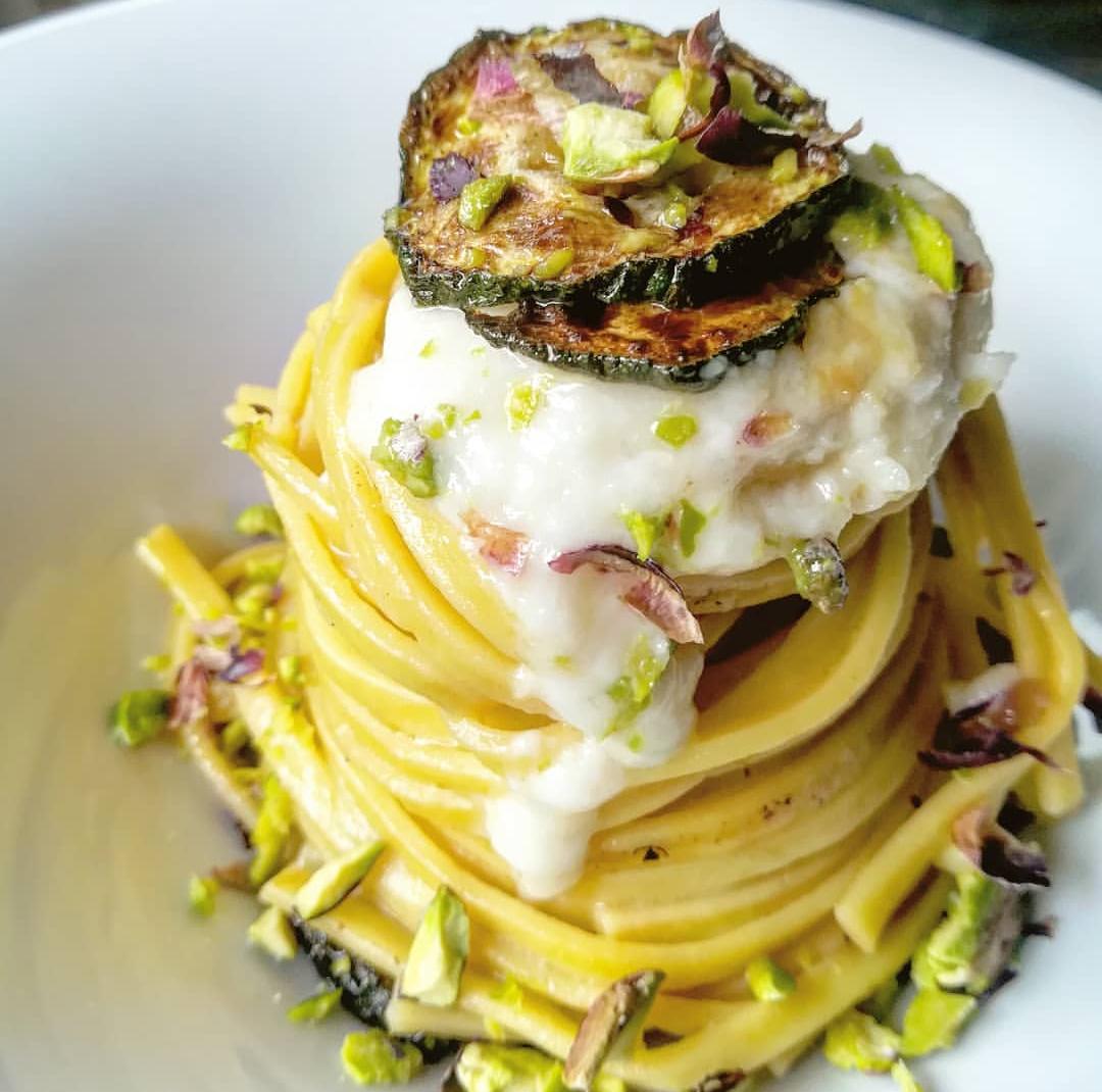 Tagliolini con crema di parmigiano, zucchine e pistacchio