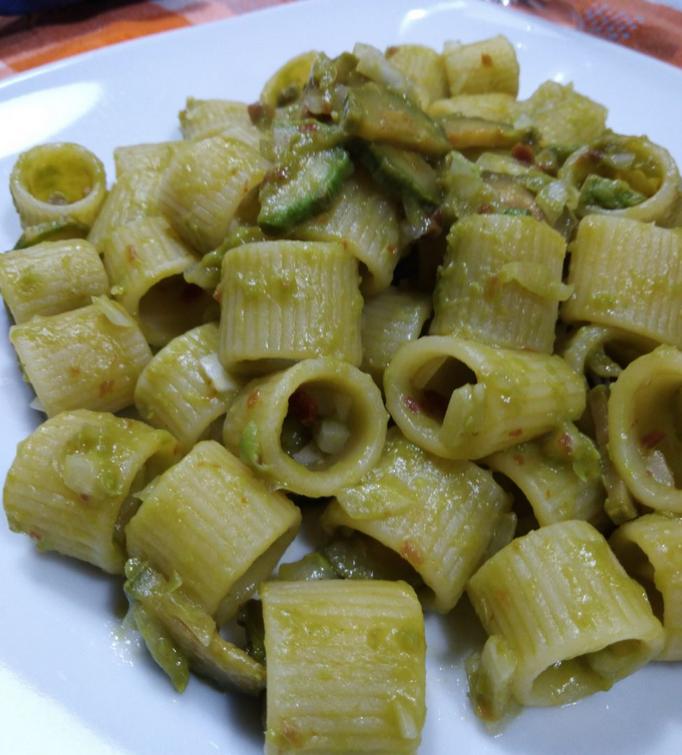 Pasta con crema di piselli e zucchine