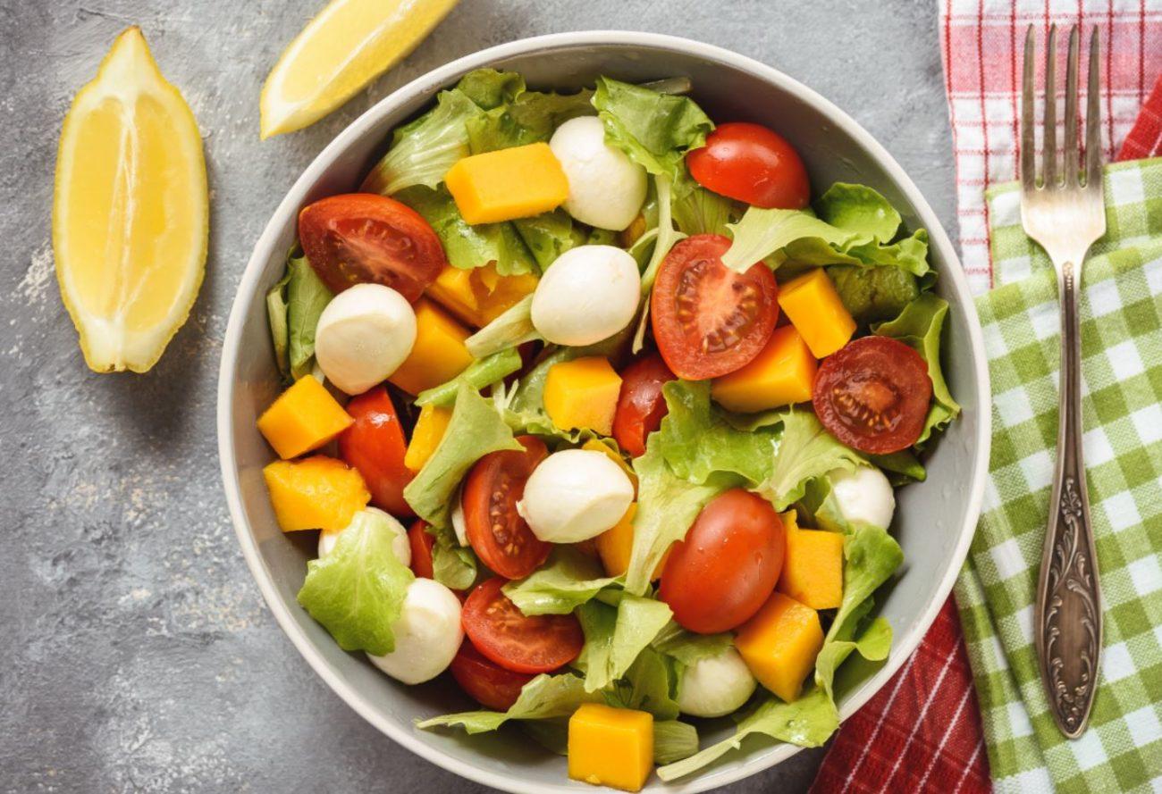 Insalata con mango, mozzarella e pomodori