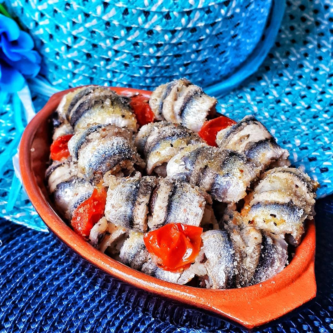 Acciughe al forno con patate e olive taggiasche