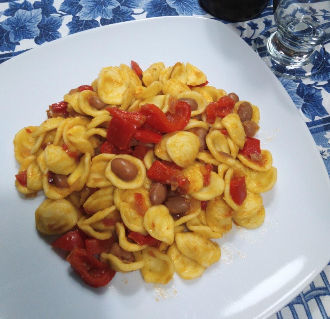 Orecchiette piccanti con fagioli e peperoni