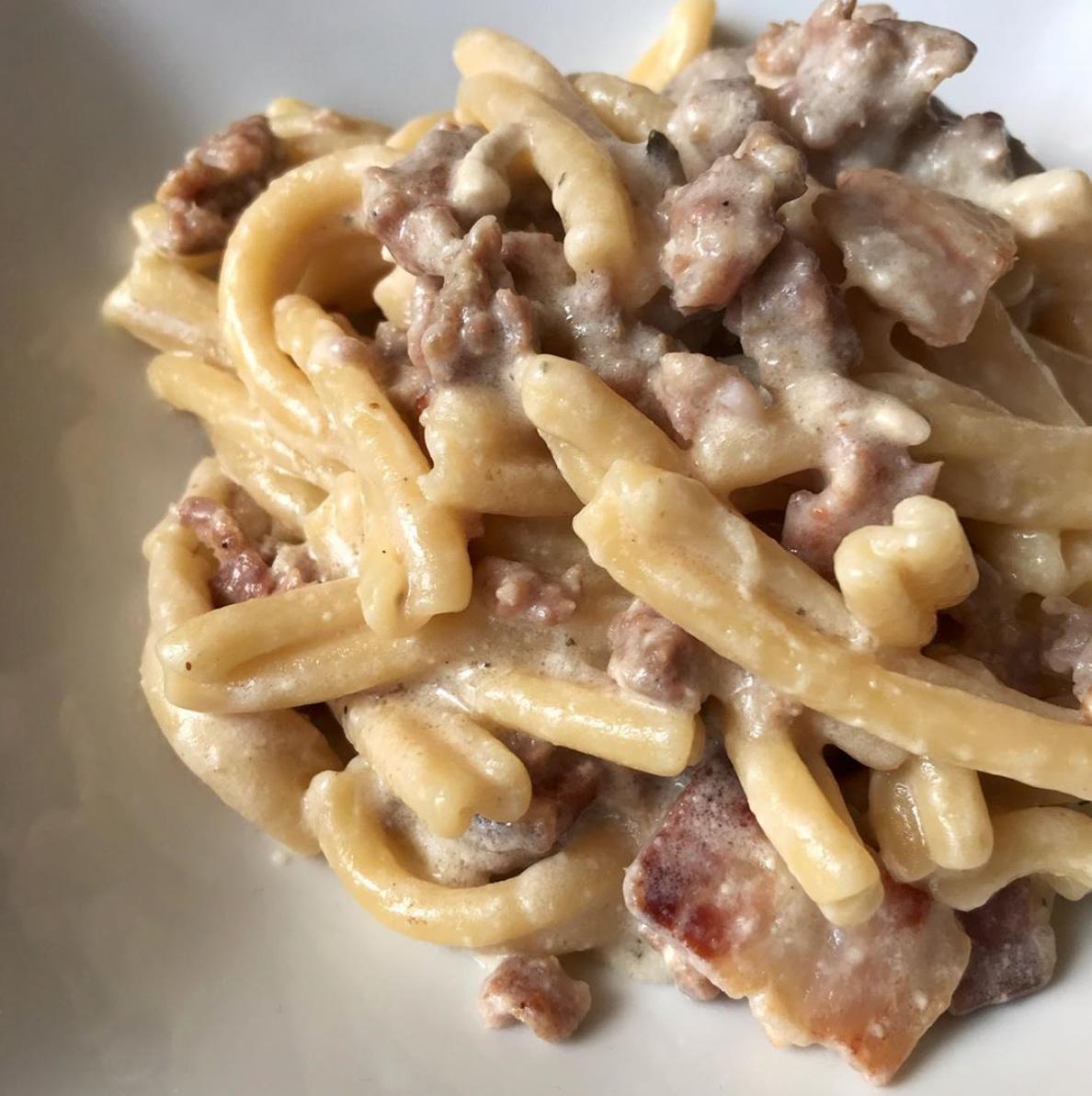 Caserecce con salsiccia, pancetta e crema di maggio