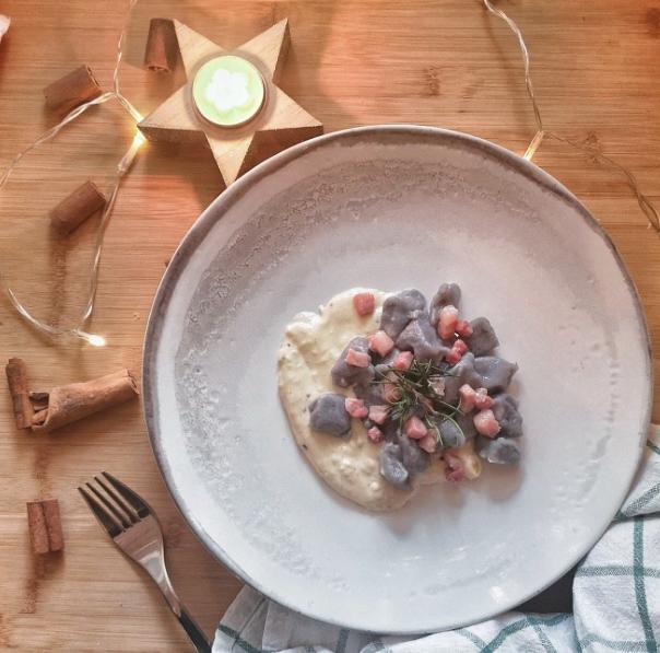 Gnocchi di patate viola, tartufo e pancetta