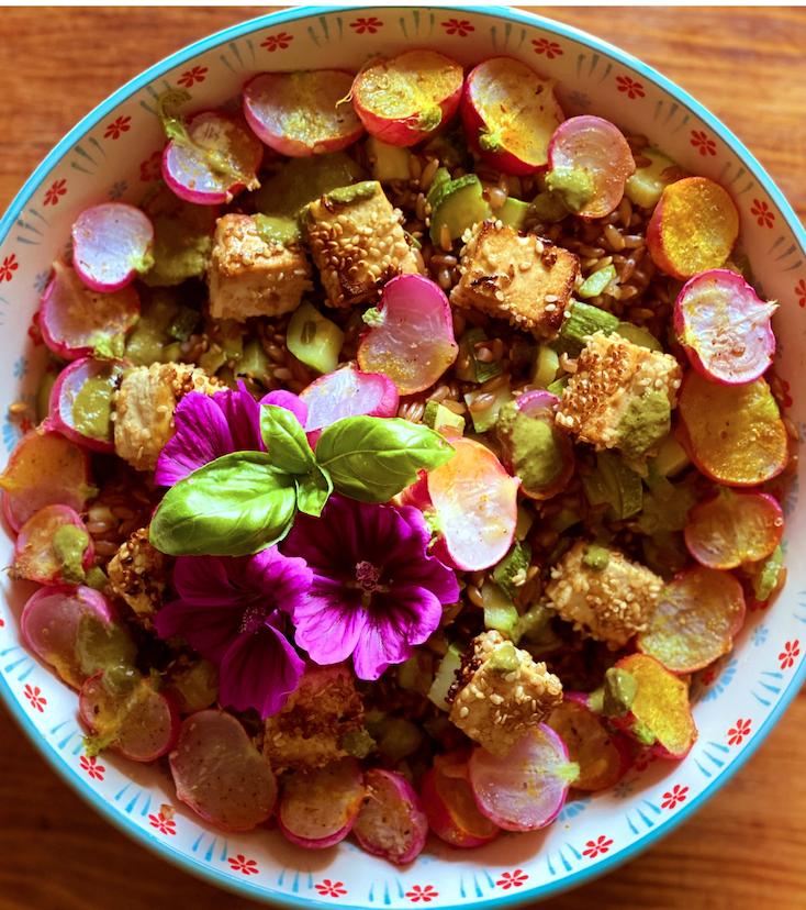 Insalata fredda di segale con zucchine, rapanelli cotti e tofu croccante