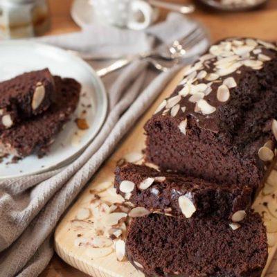Plumcake al Cioccolato tagliato su tavolo