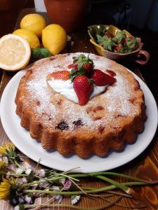 Torta alle Fragole e Limone su tavolo